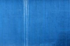 Parete blu con il gocciolamento bianco. Orizzontale Fotografia Stock Libera da Diritti