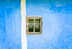Parete blu con la piccola finestra Immagini Stock Libere da Diritti