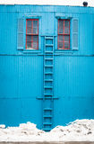 Parete blu con la scala di legno nell'inverno Fotografie Stock Libere da Diritti
