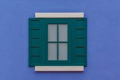 Parete blu e finestra verde dell'arco rotondo Immagini Stock