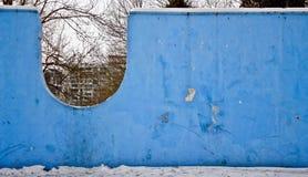 Parete blu nel parco fotografia stock
