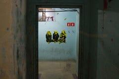 Parete blu rovinata con l'autoadesivo saggio di tre scimmie Fotografia Stock Libera da Diritti