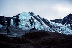 Parete blu scura impressionante del ghiacciaio immagine stock libera da diritti