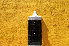 Parete coloniale spagnola gialla di stile a Valladolid immagini stock
