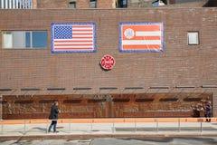 Parete commemorativa del corpo dei vigili del fuoco con la gente in un giorno soleggiato a New York Fotografie Stock Libere da Diritti