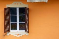 Parete con due otturatori e finestre Fotografia Stock