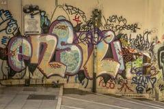 Parete con i graffiti in un vicolo nel centro storico della città di Cagliari, Sardegna, Italia immagine stock