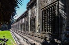 Parete con la bella scultura in Angkor Wat fotografia stock