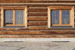 Parete con la finestra della casa di ceppo di legno moderna in villaggio fotografia stock libera da diritti