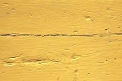 Parete con la pittura gialla b della sbucciatura del modello stagionato fotografie stock