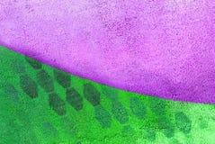 Parete con la pittura porpora e verde del modello della pittura fotografia stock