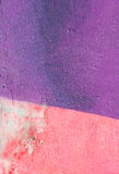 Parete con la pittura rosa porpora variopinta del modello della pittura murale Immagine Stock