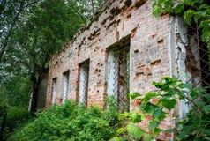 Parete con le finestre della chiesa rovinata di San Nicola il Wonderworker Fotografie Stock Libere da Diritti