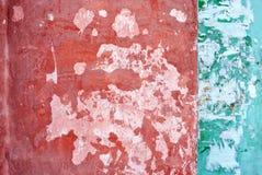 Parete con pittura misera rossa e verde intenso su fondo bianco, disaccordo della banda su due zone fotografie stock