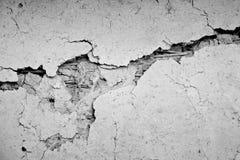 Parete concreta del cemento di lerciume con la crepa in fabbricato industriale Immagine Stock