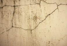 Parete concreta del cemento di lerciume con la crepa in fabbricato industriale Immagine Stock Libera da Diritti