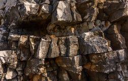 Parete costiera di pietra naturale erosa in Kassiopi, Corfù, Grecia Fotografie Stock