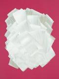 Parete cremisi verniciata nel bianco con il rullo di vernice Immagine Stock Libera da Diritti