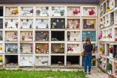 Parete cristiana italiana del cimitero di religione Figura pregare della donna Fotografia Stock Libera da Diritti