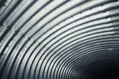 Parete d'acciaio ondulata brillante, modello del tunnel Immagini Stock