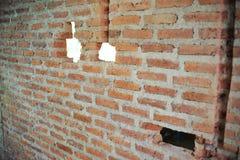 Parete decomposta della muratura al cantiere Fori sulla parete del muratore Muro di mattoni rosso distrutto Immagini Stock Libere da Diritti