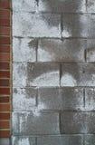 Parete del blocchetto del cemento con il bordo del mattone Immagini Stock
