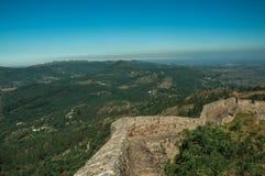Parete del castello sulla cresta con paesaggio montagnoso a Marvao fotografie stock libere da diritti