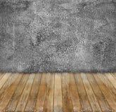 parete del cemento di lerciume e pavimento di legno giallo fotografie stock libere da diritti