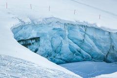 Parete del ghiaccio nelle montagne Austria delle alpi Vicino alla stazione sciistica Pitztaler Gletscher immagini stock libere da diritti