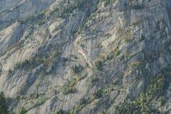 Parete del granito delle alpi della montagna immagini stock libere da diritti
