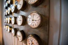 Parete del metallo con i vecchi orologi disegnati fotografia stock libera da diritti