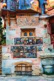 parete del primo piano della torre di orologio e del teatro di Gabriadze del burattino nel centro urbano Tbilisi, Georgia Fotografia Stock
