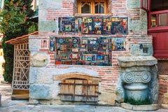 parete del primo piano della torre di orologio e del teatro di Gabriadze del burattino nel centro urbano Tbilisi, Georgia Immagine Stock