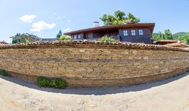 Parete del ` s della via sul paesino di montagna di Zheravna in Bulgaria Immagine Stock