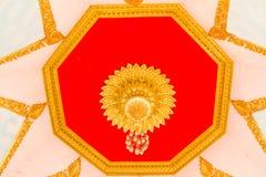 Parete del tempio di Buddha e soffitto tailandese di stile Fotografia Stock