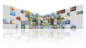 parete del video di 100 schermi fotografie stock