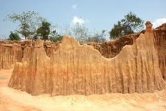 Parete dell'argilla con forma ed il cielo blu del palo Fotografia Stock
