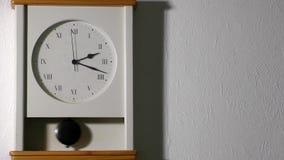 parete della casa della decorazione dell'orologio video d archivio