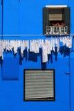 Parete della casa di Burano e riga di lavaggio Immagine Stock