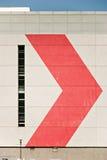 Parete della costruzione con la freccia rossa Fotografie Stock