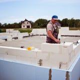 Parete della costruzione del muratore dai blocchi in calcestruzzo aerati fotografia stock