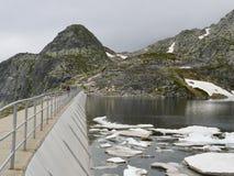 Parete della diga dell'alta montagna in un giorno imbronciato freddo Immagine Stock