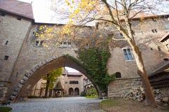 Parete della fortezza antica con l'arco Fotografia Stock