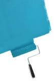 Parete della pittura del rullo di pittura con il blu fotografia stock