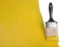 Parete della pittura della spazzola con vernice gialla fotografia stock libera da diritti