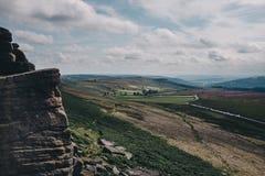 Parete della roccia del bordo di Stanage in Inghilterra Fotografia Stock