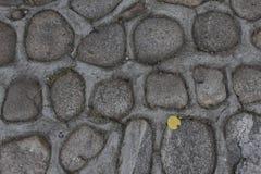 Parete della roccia delle pietre naturali del fiume Fondo rotondo della parete di pietre Modello rotondo delle pietre del fiume S Immagine Stock Libera da Diritti