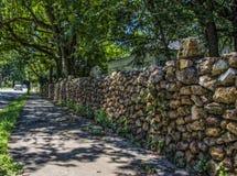 Parete della roccia lungo una via della città Fotografia Stock Libera da Diritti