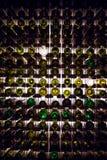 Parete delle bottiglie di vino vuote Le bottiglie di vino vuote impilate-su su una un altro nel modello si sono accese dalla luce Fotografie Stock