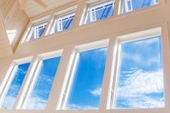 Parete delle finestre sul pomeriggio pieno di sole Fotografia Stock Libera da Diritti